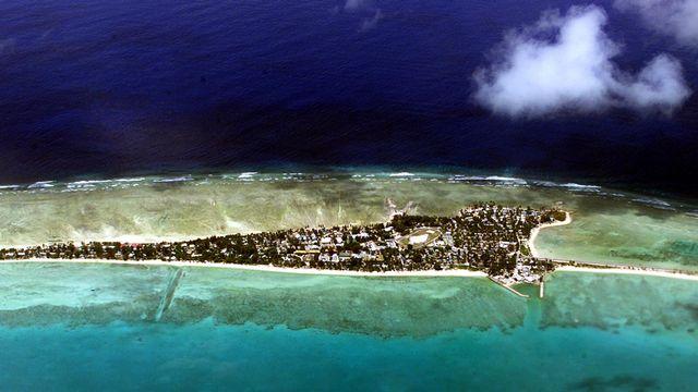 La montée des eaux liée au réchauffement climatique menace les petites îles du Pacifique comme les Kiribati. [Torsten Blackwood - AFP]