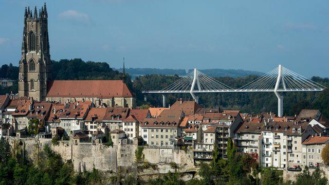 La ville de Fribourg, sa cathédrale et son pont de la Poya. [Jean-Christophe Bott - Keystone]