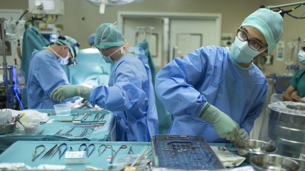Une proportion élevée de bavardage, particulièrement durant la suture de la plaie, a pour conséquence un taux d'infection plus important. [Gaëtan Bally - Keystone]