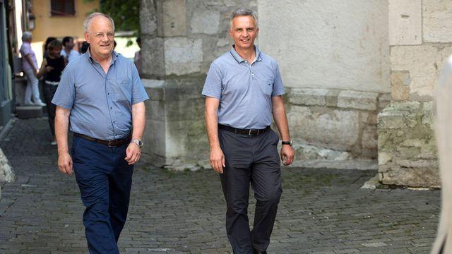 Johann Schneider-Ammann et Didier Burkhalter en course d'école. [Marcel Bieri - Keystone]