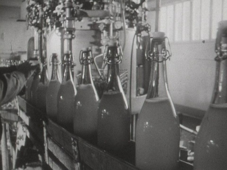 Fabrication et conditionnement du jus de pomme en 1962. [RTS]