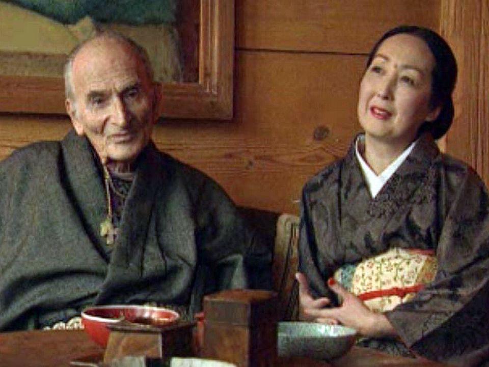 Le peintre et son épouse ouvrent les portes de leur chalet.