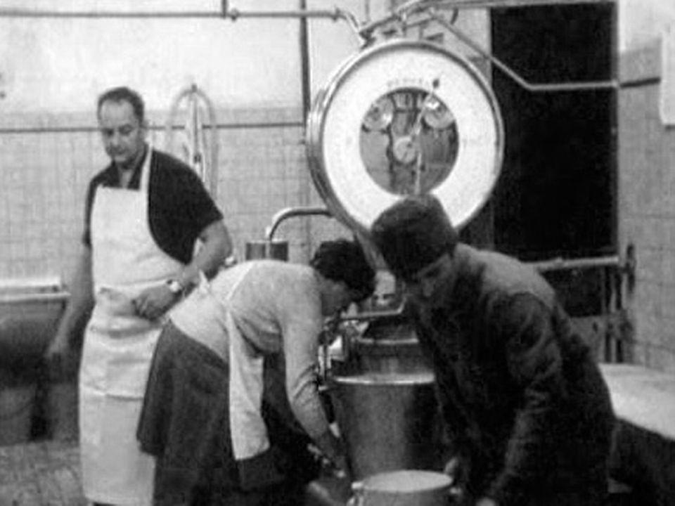 A la fromagerie de La Chaux-du-Milieu en 1969. [RTS]