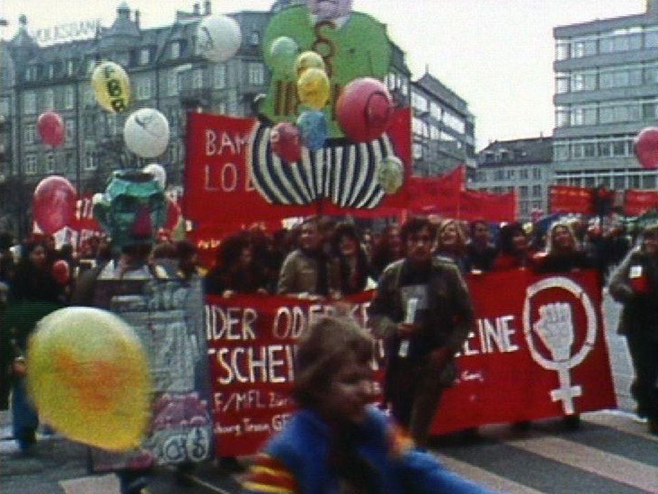 Manifestation pour l'avortement à Zurich en 1975. [RTS]