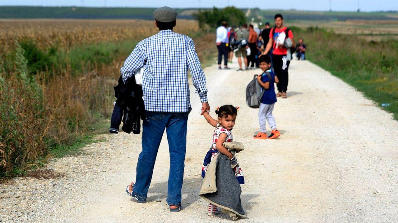 Près de 4000 migrants syriens, pakistanais ou afghans ont traversé la frontière sebo-croate en 24h. [Davor Stojnek - EPA/Keystone]