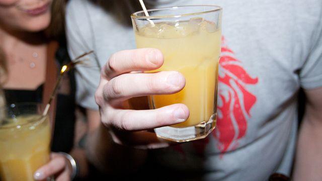 Les jeunes ne seraient que marginalement concernés par les hospitalisations en raison de surconsommation d'alcool. [Ueli Christoffel - Keystone]