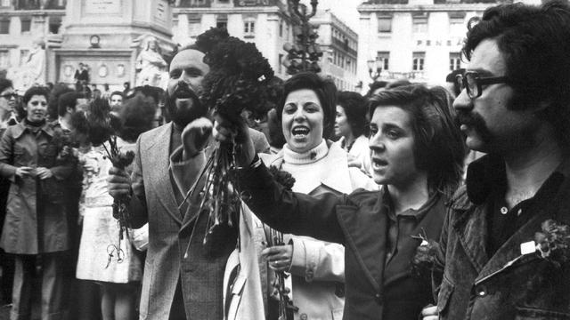 Lisbonne, 1er mai 1974: la foule brandit des bouquets d'oeillets, symbole de la révolution. [AFP]