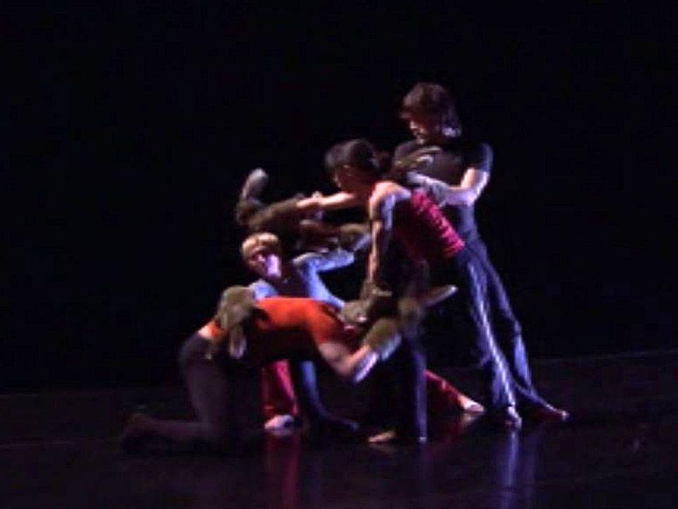 Le chorégraphe répète le spectacle Black Swan avec sa compagnie.