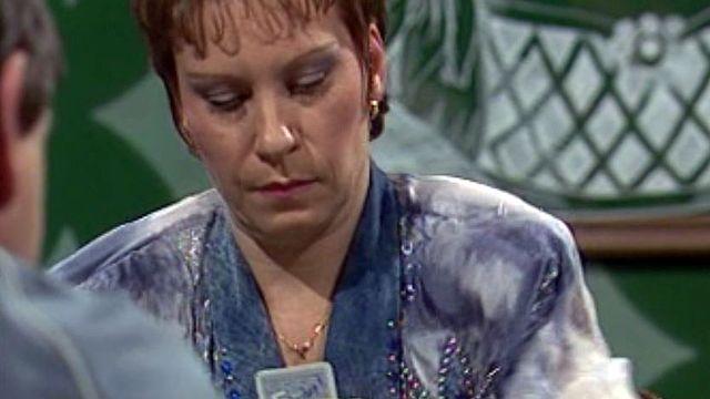Arlette Zola manie les cartes aussi bien que le micro.