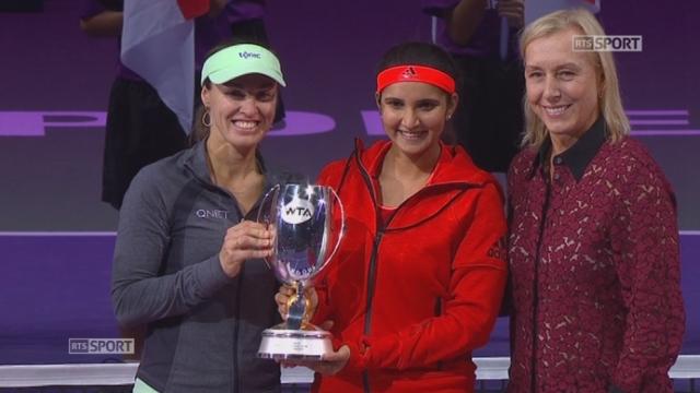 Finale double dame, Hingis-Mirza - Muguruza-Suarez Navarro (6-0, 6-3) : La remise du trophée aux gagnantes [RTS]