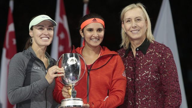 Martina Hingis et Sania Mirza ont reçu le trophée des mains de Martina Navratilova, ancienne grande spécialiste du double. [Wallace Woon - Keystone]