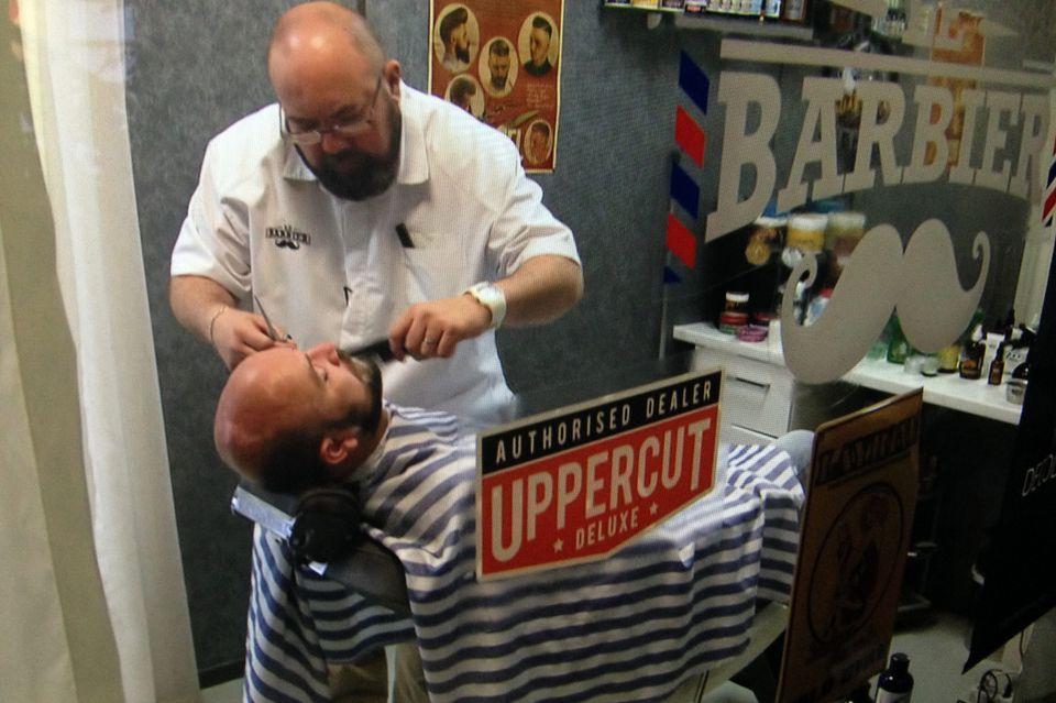Yann Wicht chez le barbier. [RTS / Capture d'écran]