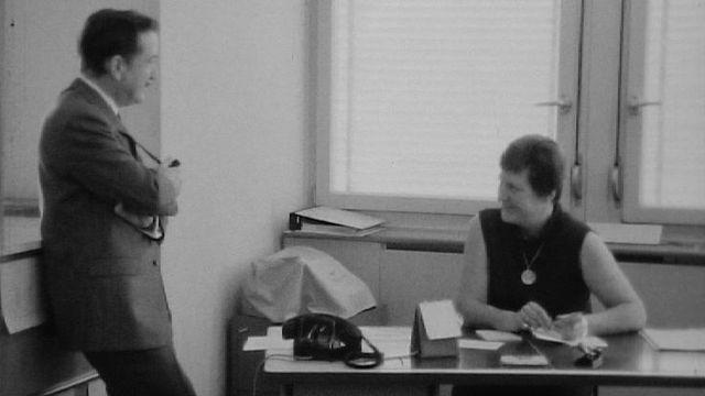 Pierre Lang en compagnie d'une des rares femmes membres de la police genevoise, 1968. [RTS]