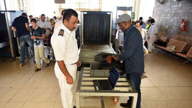 Contrôle des bagages à main à l'aéroport de Charm-el-Cheikh, 06.11.2015. [Mohamed el-Shahed - AFP]