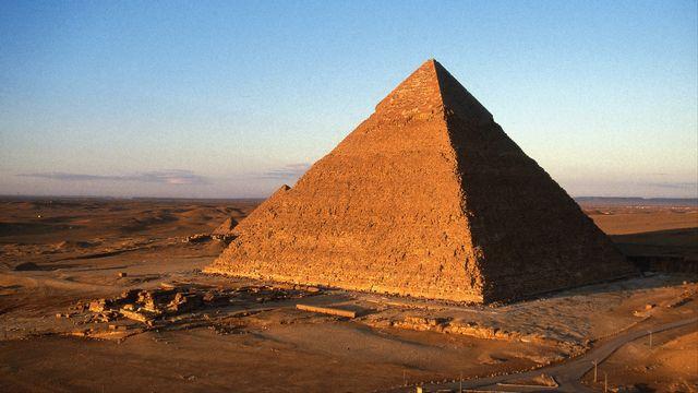 La pyramide Khéops est, du haut de ses 137 mètres, le plus grand monument de pierres jamais construit par l'Homme, il y a 4'500 ans. [Antoine Lorgnier - AFP]