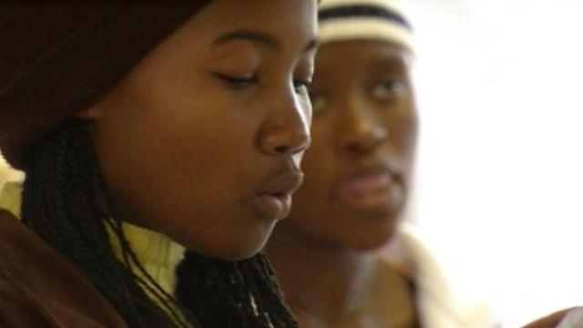 Adolescente de Soweto aidée par la Fondation François Xavier Bagnoud, 2010 [RTS]