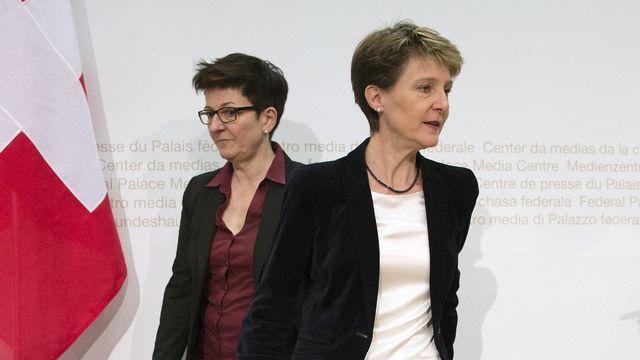 Simonetta Sommaruga, à droite, avec Nicoletta della Valle, directrice de Fedpol. [Peter Schneider - Keystone]