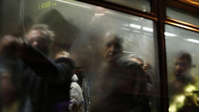 Des rescapés des attentats évacués par bus dans la nuit de samedi à dimanche. [François Guillot - AFP]
