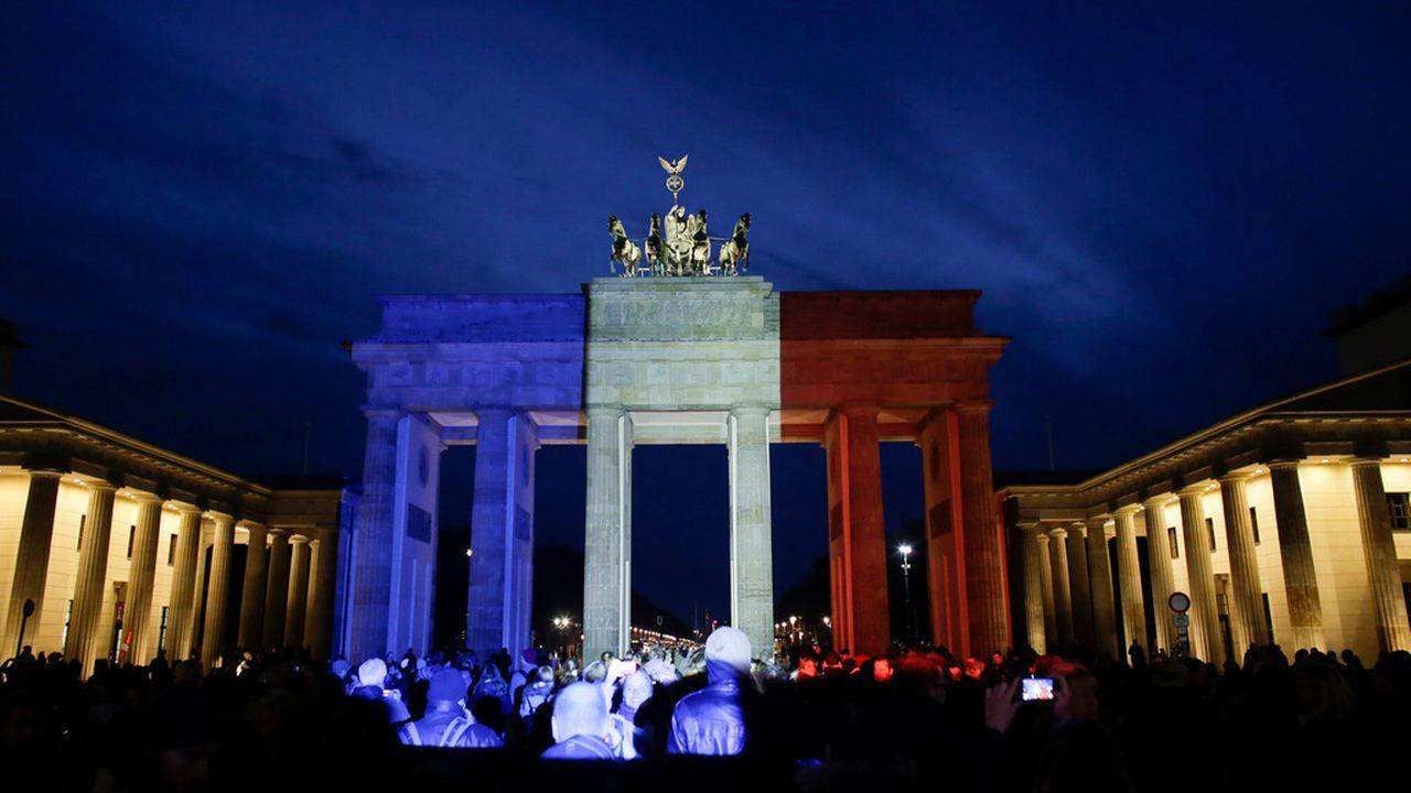 La porte de Brandebourg, à Berlin, illuminée aux couleurs de la France en signe de solidarité après les attentats de Paris. [Markus Schreiber - Keystone]