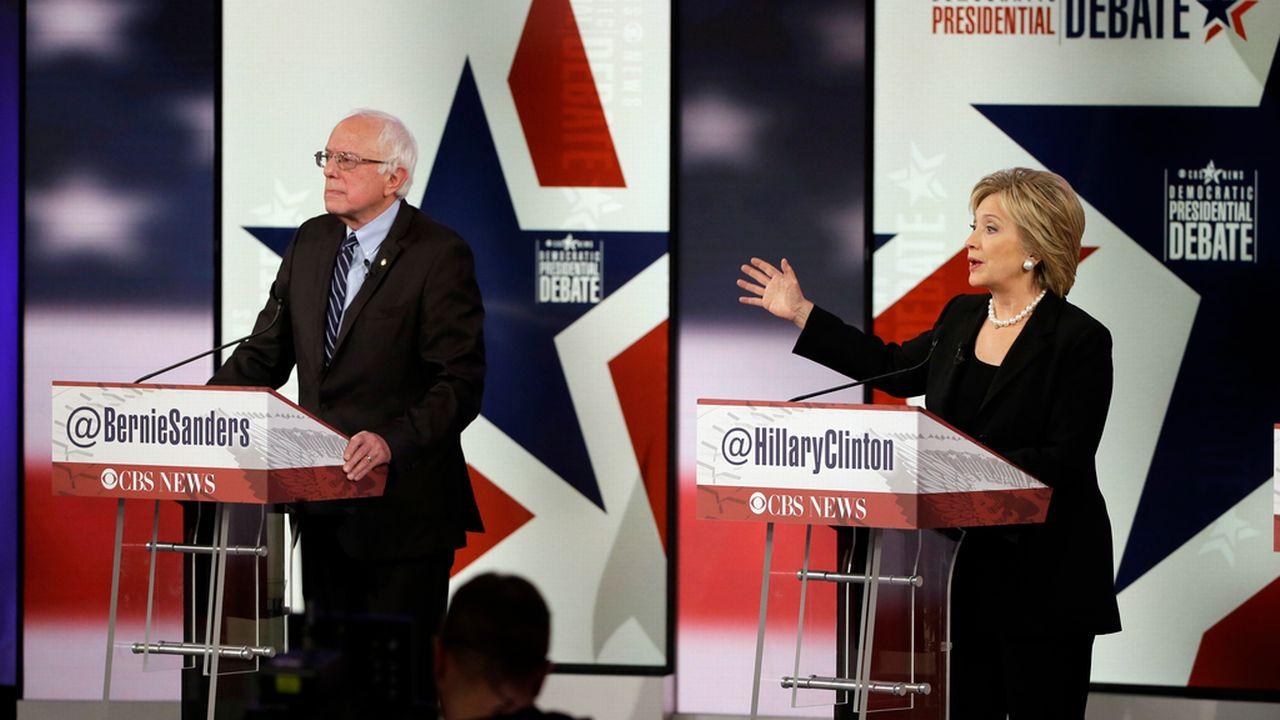 Les démocrates Hillary Clinton et Bernie Sanders lors du débat de samedi soir à Des Moines. [Keystone]