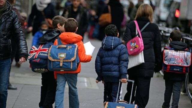 Des élèves sur le chemin de l'école à Paris, lundi matin. [Kenzo Tribouillard - AFP]