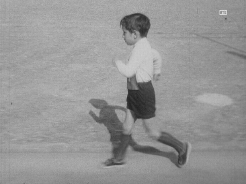Un enfant participe à une compétition de marche en 1973. [RTS]