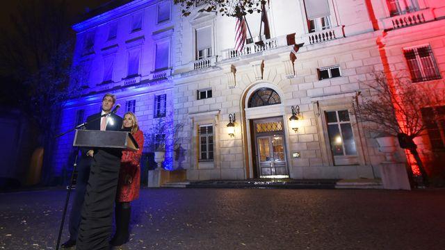 John Kerry prononce un discours devant l'ambassade des Etats-Unis à Paris lundi soir. [Dominique Faget - AFP]