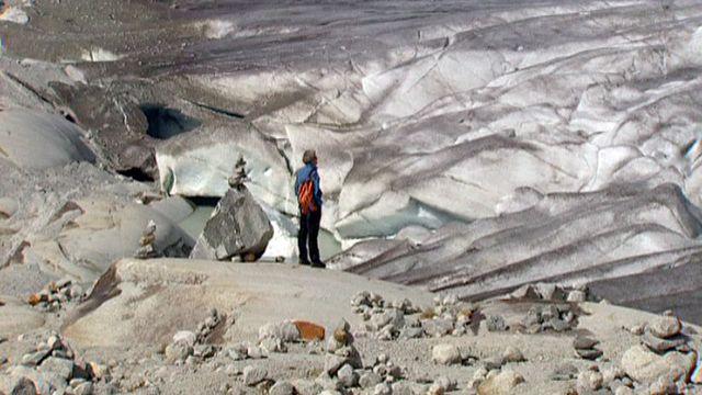 Observation du retrait du Glacier du Rhône en 2006. [RTS]