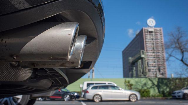 Une voiture VW devant le siège du groupe à Wolfsburg. [Julian Stratenschulte - EPA/Keystone]