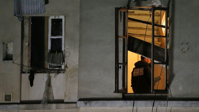 Un policier dans le domicile qui a été investi par la police à Saint-Denis. [Gonzalo Fuentes - Reuters]