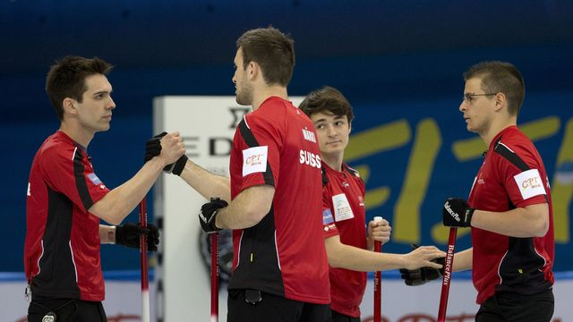 Le skip suisse, Peter De Cruz (gauche), et son team ont peut-être enfin lancé leur compétition après leur victoire sur l'Italie. [Keystone]