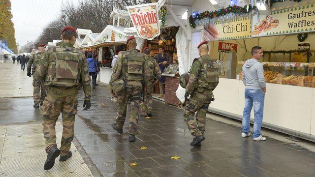 Soldats et légionnaires français sont désormais visibles partout dans Paris. [Bertrand Guay - AFP]