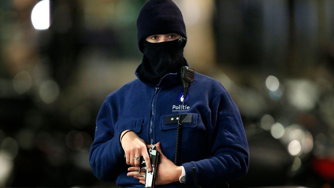 Un policier belge veille alors que Bruxelles connaîtra une nouvelle journée d'alerte maximale. [François Lenoir - Reuters]