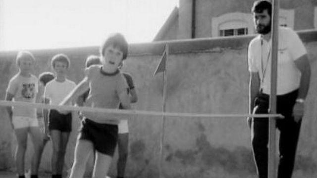 Cours de saut en hauteur à l'école primaire de Presinge, Genève, 1972. [RTS]