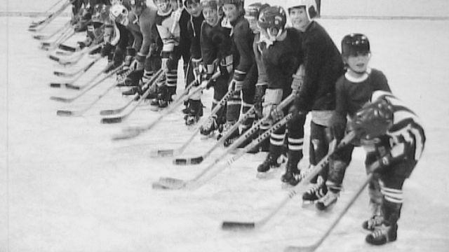 Ecole de hockey à la patinoire de Morges en 1973. [RTS]