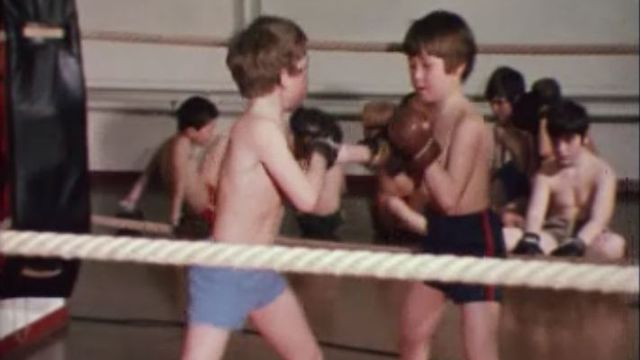 Ecole de boxe pour enfants à Berne entraînés par Charly Bühler en 1973. [RTS]