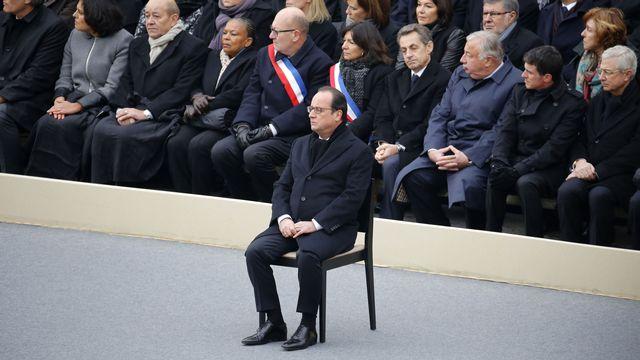 François Hollande seul devant tous les invités lors de la cérémonie aux Invalides. [Charles Platiau - Reuters]