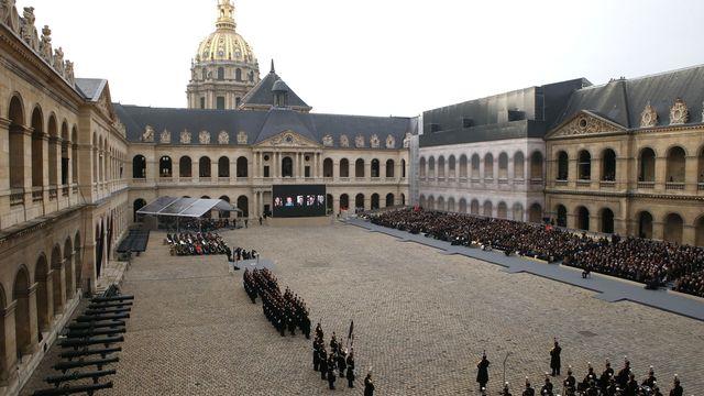 Les autorités françaises ont rendu vendredi un hommage solennel aux victimes des attaques du 13 novembre dans la cour des Invalides, à Paris. [Francois Mori - AP/Keystone ]
