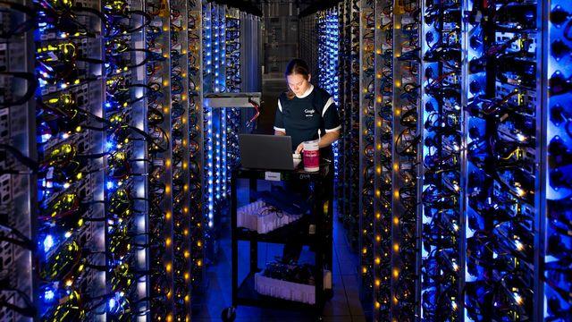 L'immatérialité d'internet fait oublier aux citoyens que derrière leur recherche web, leurs e-mails ou leur stockage dans des clouds se cachent des fermes de serveurs gigantesques qui consomment énormément d'énergie. [AP Photo/Google, Connie Zhou - Keystone]