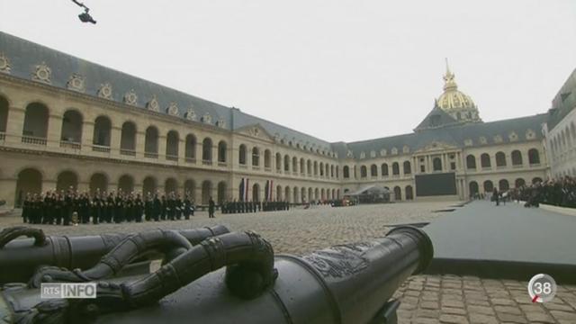 La France s'est recueillie, dans la Cour des Invalides, en mémoire des victimes des attentats de Paris [RTS]