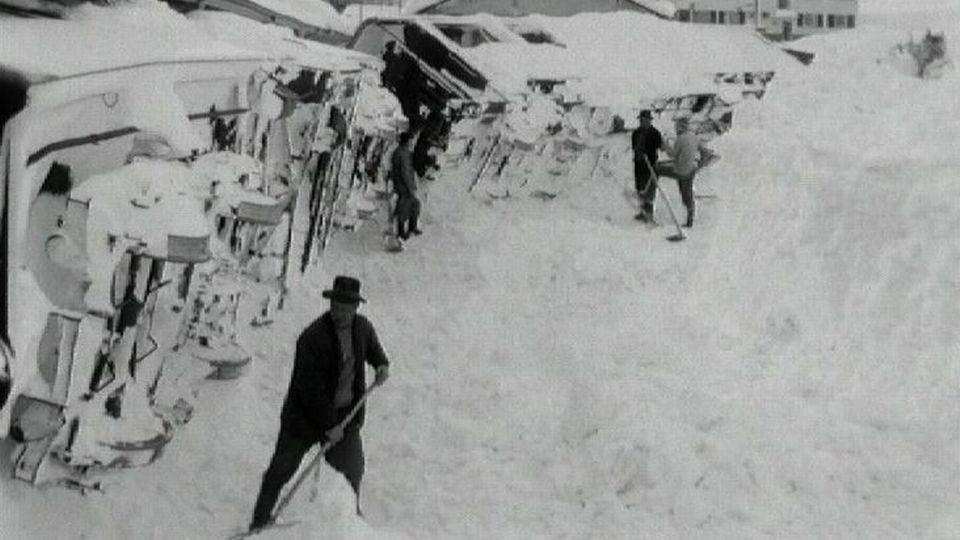 La gare de Zermatt touchée par une spectaculaire avalanche, janvier 1966. [RTS]