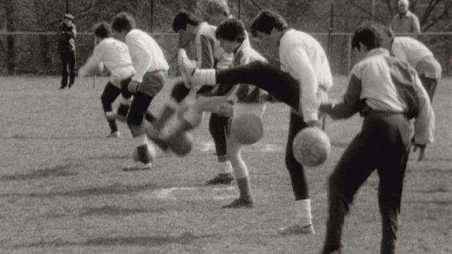 Entraînement de football à Genève par le mouvement Jeunesse et sport en 1969. [RTS]