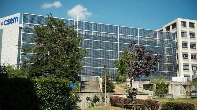 La façade photovoltaïque du CSEM à Neuchâtel, symbole de la volonté de développement durable à Neuchâtel. [neuchatelville.ch]