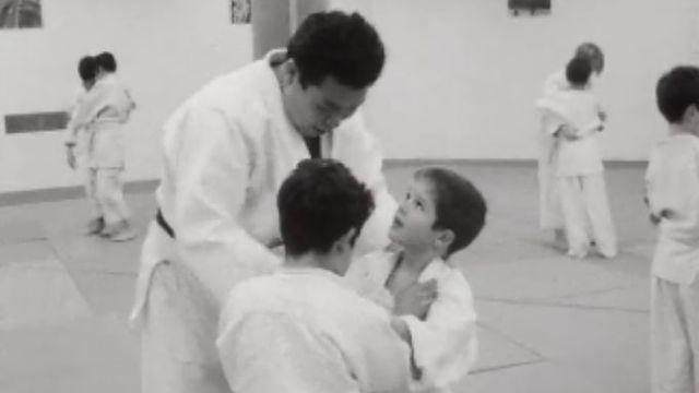 Deux jeunes judokas pratiquent le judo avec maître judoka Mikami à Lausanne en 1968. [RTS]