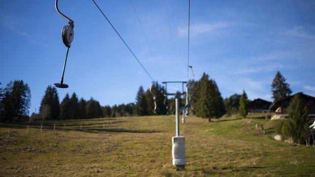 """Le remonte pente de la piste de ski """"Les Verolly"""" aux Paccots à l'arret à cause du manque de neige, 22 decembre 2014. [Jean-Christophe Bott - Keystone]"""