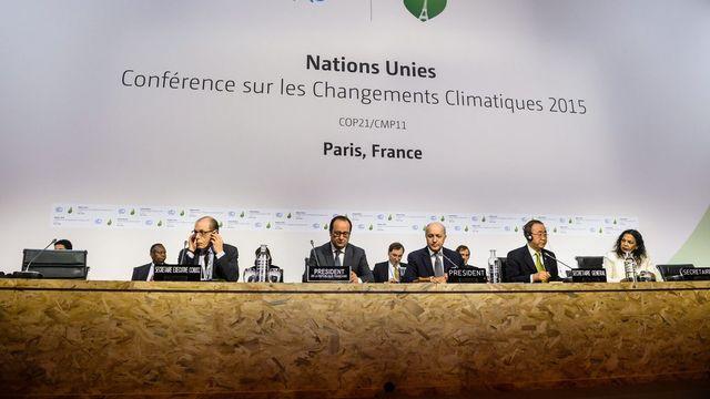 François Hollande, Laurent Fabius et Ban Ki-moon ce samedi 12 décembre à la COP21. [Christophe Petit Tesson - EPA - Keystone]