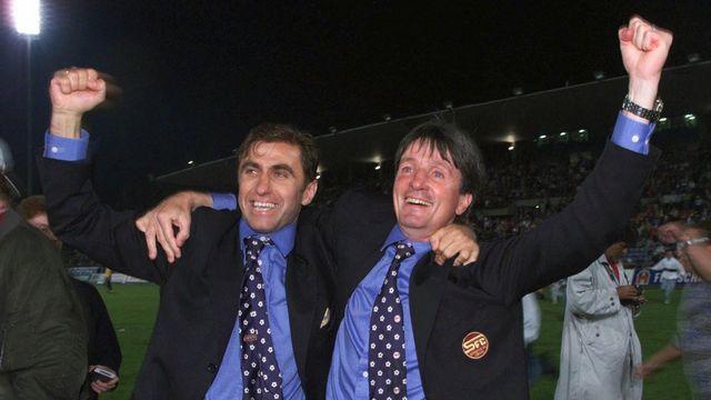 L'entraîneur servettien Gérard Castella (à droite) en compagnie de son assistant Bosko Dujvorski, après le dernier match décisif du tour final contre Lausanne-Sport, le 2 juin 1999 au stade de la Pontaise. [Patrick Aviolat - Keystone]