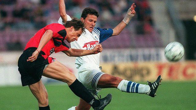 Le Neuchâtelois Adrian Kunz (à gauche) aux prises avec le Lausannois Blaise Piffaretti lors du match Lausanne - Neuchâtel Xamax, le samedi 31 mai 1997 à Lausanne. [Fabrice Coffrini - Keystone]