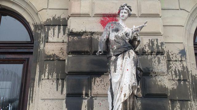 Les manifestants ont dégradé plusieurs bâtiments dont celui du Grand Théâtre, sur la photo. [Michael Maccabez - RTS]