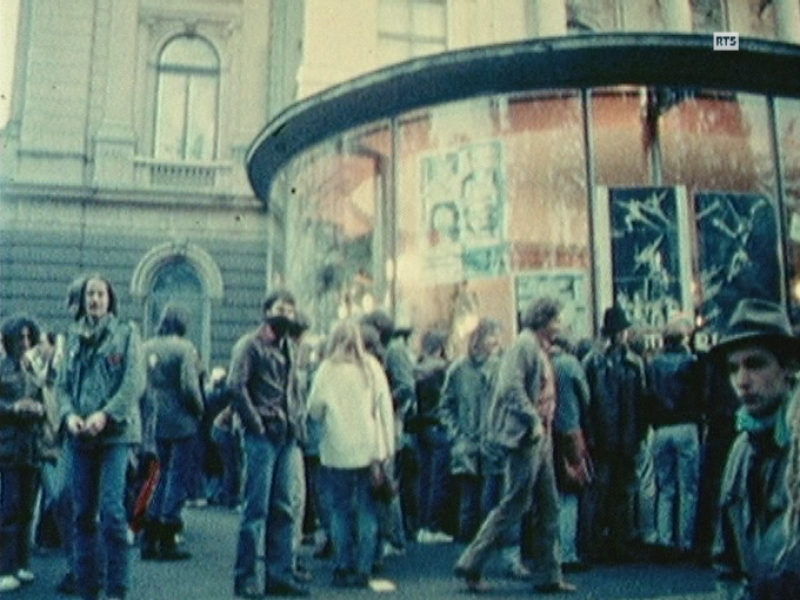 Manifestation de jeunes de la culture alternative devant l'Opéra de Zurich en 1980.